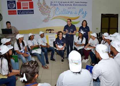 imagen Ministro Andrés Navarro junto a grupo de estudiantes durante diálogo.