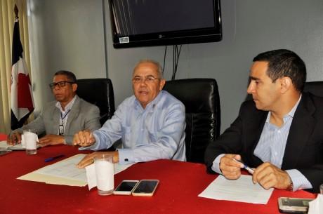 imagen Comisión de laDirección General de Mantenimiento de Infraestructura Escolar de Educación ofreciendo declaraciones