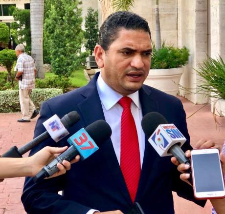 imagen Director de Comunicaciones del Ministerio de Educación, Miguel Medina de pie se dirige a medios de comunicacion