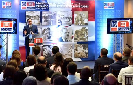 imagen Ministro Andrés Navarro desde podium se dirige a autoridades educativas en presentación de memorias de gestión 2016-2018 del Ministerio de Educación
