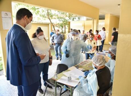 imagen Los centros intervenidos hoy fueron el Politécnico Unión Panamericana, donde se realizaron 120 pruebas, y la escuela Básica Madame Germaine Rocour de Pellerado, ubicada en el sector El Millón, donde fueron tomadas 60 muestras.