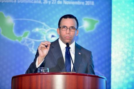 imagen Ministro Andrés Navarro en podium de pie ofreciendo declaraciones en apertura de seminario iberoamericano
