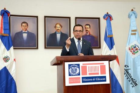 imagen Ministro Andrés Navarro de pie desde podium se dirige a la prensa