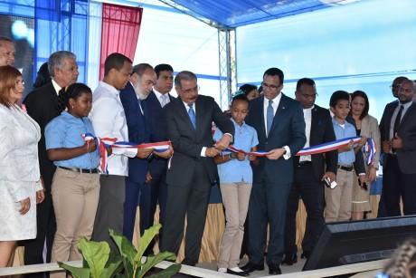 imagen Presidente Danilo Medina junto a Ministro Andrés Navarro, Francisco Pagán, Director de la OISOE y demás autoridades cortan cinta dejando inaugurado el nuevo plantel.