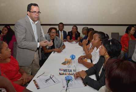 imagen Ministro Andrés Navarro durante una de sus reuniones conrepresentaciones de los estudiantes de las escuelas y colegios privados.