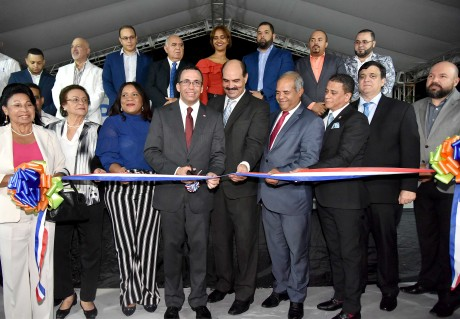 imagen Ministro Andrés Navarro de pie conrtando cintaen la apertura de la XX Expo Bonao 2018 junto a autoridades de la provincia Monseñor Nouel
