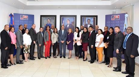 imagen Ministro Antonio Peña Mirabal de pie junto a 18 directores regionales, Vivian Báez y Dania Burgos