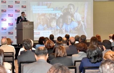 imagen Ministro Andrés Navarro se dirige a publico durante evento.