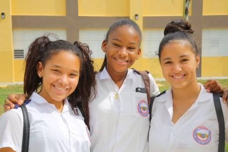 imagen 3 estudiantes sonríendo de felicidad por el nuevo liceo que entregó el Presidente Danilo Medina en Santo Domingo Este