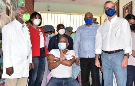 imagen Marchaba este domingo a buen ritmo el proceso de vacunación del personal docente y administrativo, bajo la organización de los ministerios de Salud Pública y de Educación.
