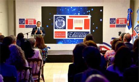 imagen Ministro Andrés Navarro durante su discurso; a su espalda, en pantalla grande, Nueva imagen del Logo Institucional.