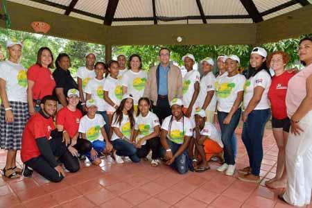 imagen Ministro Andrés Navarro junto a grupo de estudiantes en el Campamento de Verano Aventura, todos sonrien.