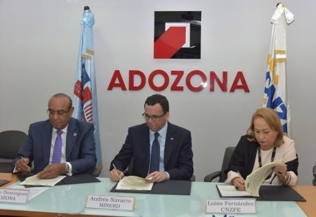 imagen Ministro Andrés Navarro sentado firmando acuerdo junto a directivos de ADOZONA