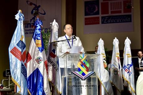 imagen Ministro en podioinaugurando de los IX Juegos Escolares Deportivos