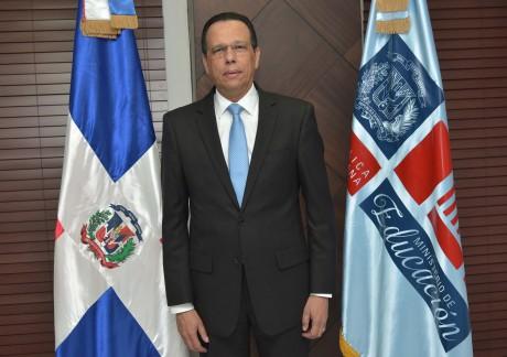 imagen Ministro Antonio Peña Mirabal de pie en su despacho