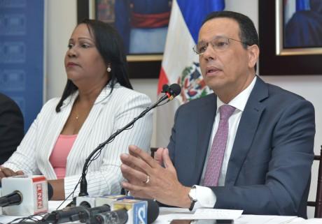 imagen Ministro Antonio Peña Mirabal sentado junto a Presidenta de la ADP, Xiomara Guante