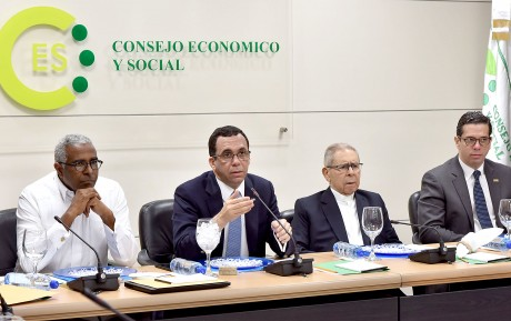 imagen Ministro Andrés Navarro junto a miembros del Consejos Económico y Social sentaros durante reunión