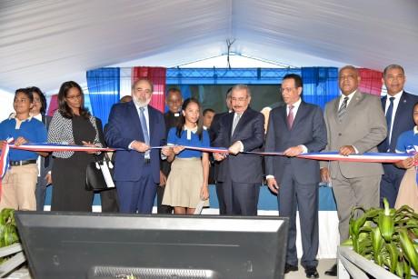 imagen Presidente Danilo Medina junto a Ministro Antonio Peña Mirabal y demas autoridades educativas cortando cinta en acto inaugural en Pedro Brand