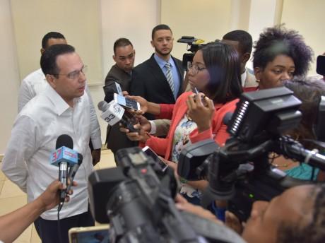imagen Pinistro Peña Mirabal de pie dando declaraciones a los medios