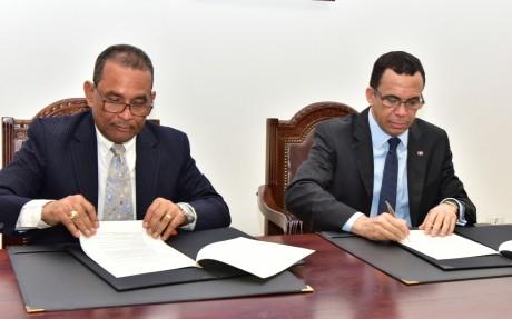 imagen Ministro Andrés Navarro firmando acuerdo con ONESVIE