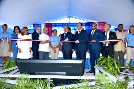 imagen Presidente Danilo Medina junto al ministro Antonio Peña Mirabal cortando cinta en entrega de centro educativo en Boca Chica