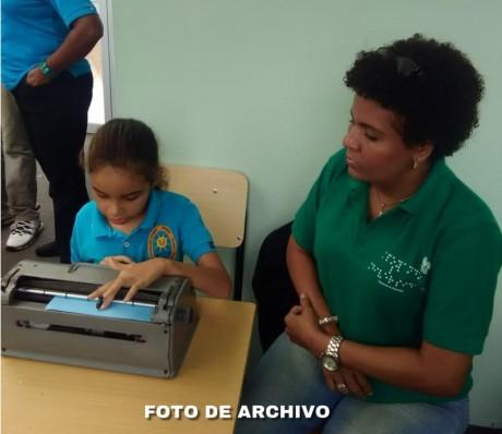 """imagen Estudiante delCentro Nacional de Recursos Educativos para la Discapacidad Visual """"Olga Estrella"""","""