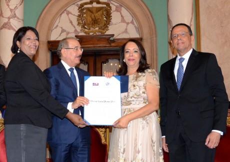 imagen La periodista Emilia Pereyra recibe el premio de las manos del presidente Danilo Medina