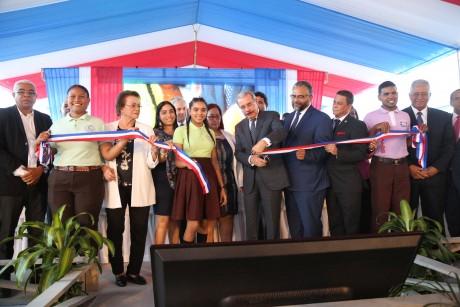 imagen Presidente Danilo Medina cortando cinta junto A autoridades, dejando inaugurado centro educativo en Monseñor Nouel