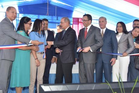 imagen Presidente Danilo Medina acompañado del Ministro de Educación y demás autoridades cortan cinta y dejan inaugurado este nuevo plantel