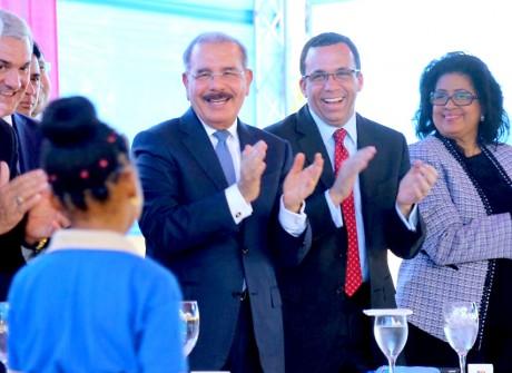 imagen Presidente Danilo Medina junto a Ministro Andrés Navarro y demas autoridades educativas de Guanuma sonriendo de pie posterior a discurso de estudiante en entrega del moderno centro educativo