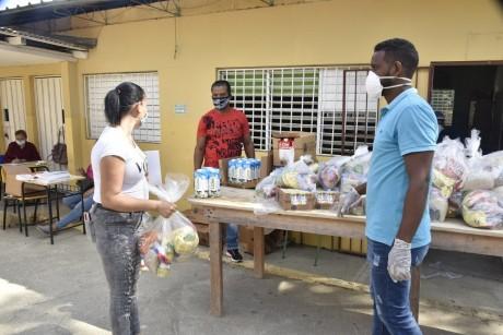 imagen Personal entregando kits de alimentos