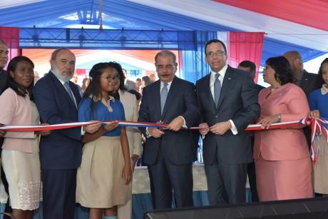 imagen Presidente Danilo Medina junto al Ministro Andrés Navarro y demás autoridades educativas cortando cinta dejando inaugurado nuevo politécnico