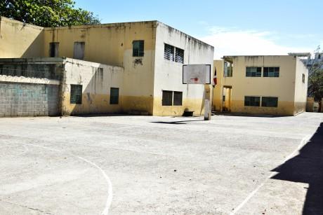 imagen Fachada de un centro educatvo en deterioro.