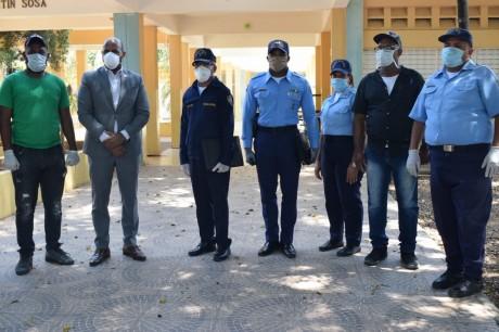 imagen El director de la Regional 10 del Ministerio de Educación, Ronald Santana Caro con miembros de la policia escolar