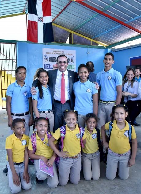 imagen Ministro Andrés Navarro junto a estudiantes de la fundación Cometas de Esperanza