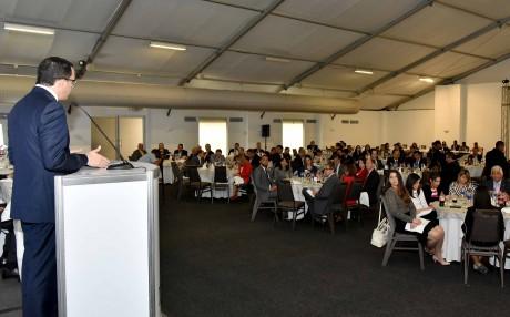 imagen Ministro Andrés Navarro desde podium se dirige a personas en almuerzo conferencia de la cámara de comercio dominico mexicana