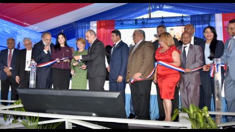 imagen Presidente Danilo Medina de pie junto a Ministro Andrés Navarro y comunidad educativa cortando cinta dejando inaugurado centro educativo y estancia infantil