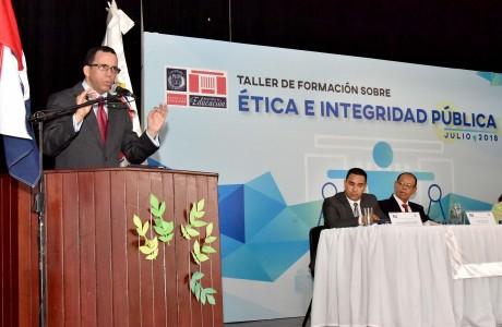 imagen Ministro Andrés Navarro de pie en podium dirigiéndose a cientos de directores de la Regional Cibao